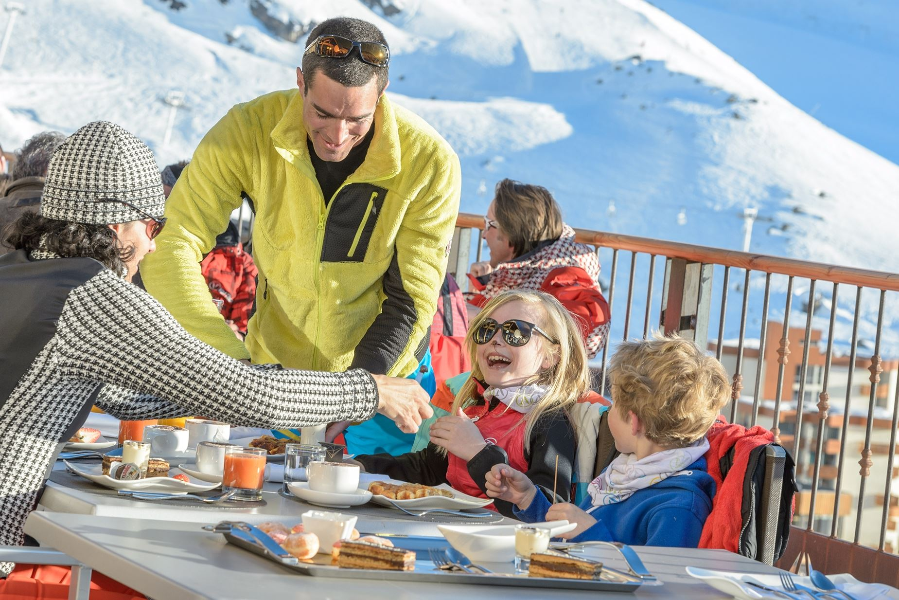 Skiing in April : book your hotel room !